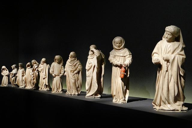 Les pleurants du tombeau de Jean sans Peur, duc de Bourgogne, exposition Larmes d'Albâtre au musée du Moyen-Âge de Cluny en 2013.