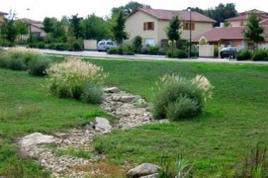 La rétention l'eau de pluie fait partie des mesures utiles pour s'adapter au changement climatique. Ici, une tranchée d'infiltration à l'Isle d'Abeau (Isère).