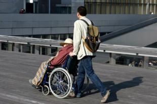 jeune homme s'occupant d'une personne handicapée