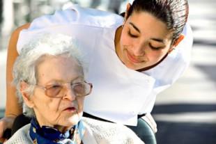 Personnel accompagnant personne agée dans une maison de retraite médicalisée