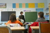 Cours primaire avec institutrice et élèves
