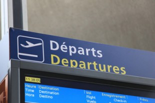 """Panneau de signalisation """"départ"""" dans un aéroport"""