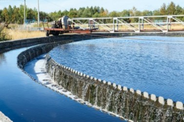 Round sedimentation tank with clear water overflowing