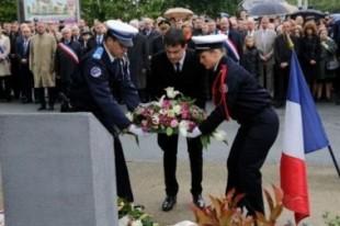 Manuel Valls dépose une gerbe en mémoire d'Aurélie Fouquet, le 20 mai à Villiers-sur-Marne