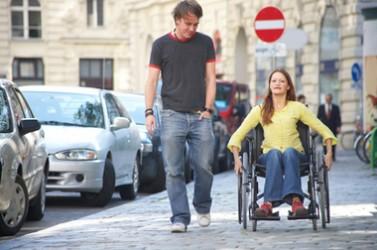 jeune femme en chaise roulante avec un ami