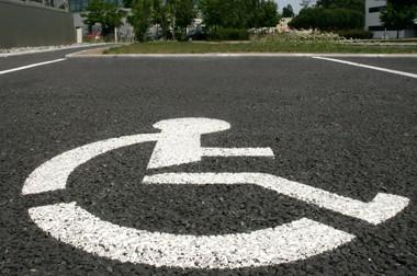 Arrêt minute : une personne handicapée doit-elle respecter la durée du stationnement ?