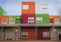 En 2012, Montreuil décide de créer des appartements « passerelles » pour accueillir les familles et fait construire 22logements modulaires.