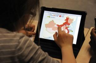 Jusqu'en juin prochain, les collégiens de Meung-sur-Loire peuvent, grâce à leurs tablettes, consulter des cartes interactives, créer des diaporamas, écouter des textes en anglais…