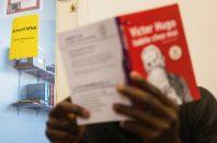 Au Secours Catholique, un mineur non accompagné lit un livre.