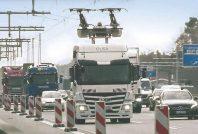 Sur la route fédérale A5 au niveau de Francfort (Allemagne), les camions hybrides se rechargent via le système de caténaires.