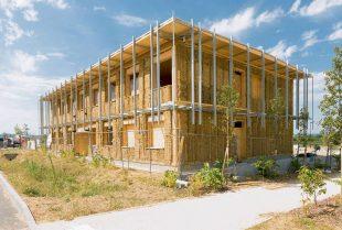 Le siège d'Izuba Energies à Fabrègues (Hérault) comprend une ossature en bois, une isolation en paille et des enduits en terre et paille.