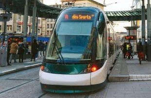 Abandonné il y a plus de cinquante ans, le tramway a été remis en service en 1994. Six lignes relient le centre-ville à la banlieue et aux communes voisines.