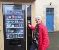 L'épicerie-distributeur de dépannage propose une trentaine de produits. Elle est équipée d'un moyen de paiement à carte bancaire sans contact.