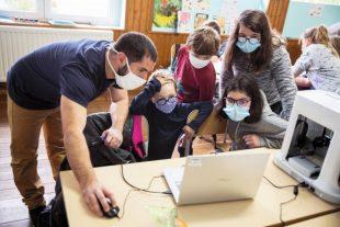 Les sessions auxquelles participent des enfants du CE1 au CM2 comprennent dixséances : sept sont consacrées à la programmation et trois à l'impression 3D.