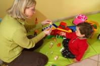 Nourrice jouant avec enfant