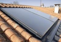 Panneaux solaires sur unr toit de maison
