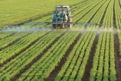 Traitement des champs par un agriculteur