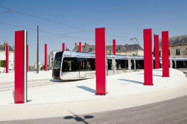 """L'artiste Daniel Buren a notamment créé des """"totems"""" colorés le long du tracé du tramway de Tours."""