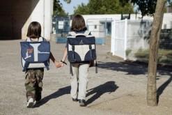 Deux élèves de retour de l'école
