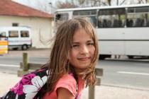 Jeune fille prenant le bus scolaire