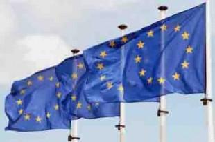 3 drapeaux européens dans le vent