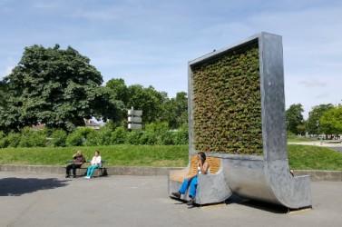Panneau équipé de plante éliminant la pollution et installé par une start up allemande qui peut suivre en temps réel et à distance,  son état et ses performances.