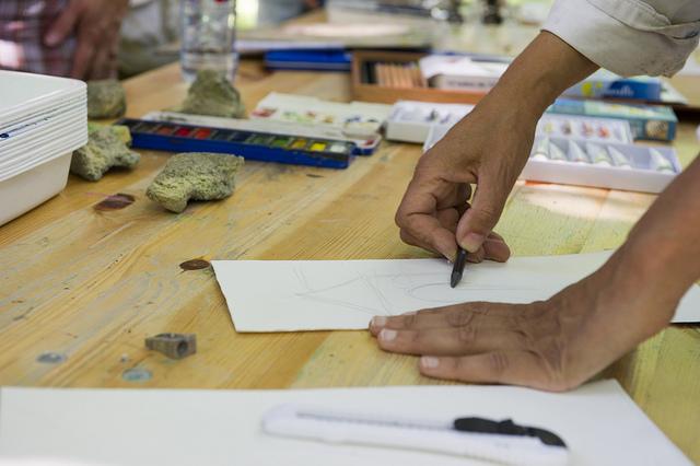 """Atelier de peinture organisé en 2010 au musée Maurice Denis à Saint-Germain-en-Laye, en compagnie d'un peintre aquarelliste, dans le cadre des """"Rendez-vous nature"""", des événements organisés dans tout le département pour découvrir les espaces naturels."""
