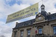 Une banderole « Je me bouge pour ma ville contre les trafics » est installée devant la mairie de Saint-Ouen depuis mi-janvier 2014.