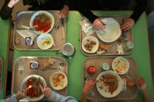 Le gouvernement promet plus de petits-déjeuners gratuits et de repas de cantine à 1€