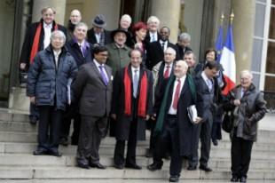 La commission Stiglitz au complet, en 2008, avec, au centre, Amartya Sen, Jean-Paul Fitoussi, et Joseph Stiglitz