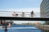 Depuis 2005, Copenhague a investi 1,6 milliard d'euros en faveur du vélo, construisant notamment une piste cyclable aérienne qui traverse la ville.
