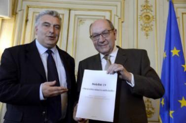 Frédéric Cuvillier, ministre chargé des transports, et Philippe Duron, président de la commission Mobilité 21, lors de la remise du rapport le 27 juin