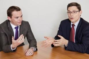 Olivier Dussopt (à gauche), vice-président de la Fédération nationale des élus socialistes et républicains, et Philippe Dallier (à droite), vice-président du groupe UMP au Sénat.