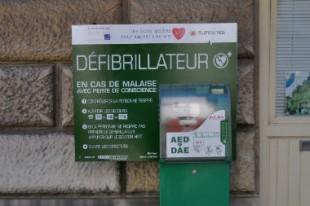 defibrillateur-UNE
