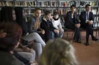 Najat Vallaud-Belkacem et Manuel Valls discutent des attentats à Paris  avec des élèves du collège Jean Moulin à Pontault Combault (77) le 23 janvier 2015.