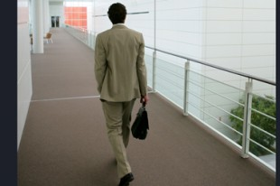 Homme d'affaires dans open space