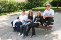 jeunes sur un banc