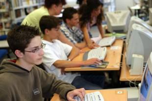 Jeunes éléves dans une école avec ordinateur