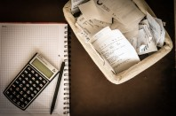 calculatrice, livre de compte et tickets de caisse