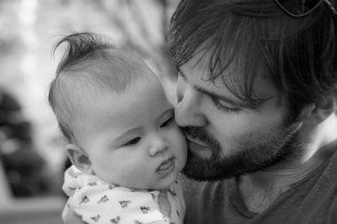 Protection de l'enfance : le soutien aux mères en difficulté élargi aux pères