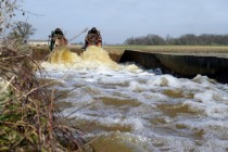 Les pesticides, utilisés sur des surfaces imperméables ou peu perméables, entraînent une pollution des eaux liée au ruissellement.