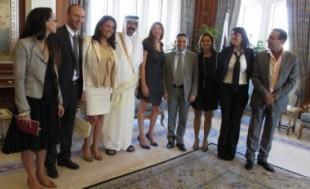 L'émir du Qatar entouré des membres de l'Aneld, à Doha en novembre 2011.