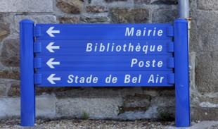 panneaux signalant divers services publics