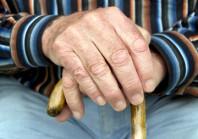 Pauvreté, trop peu d'EHPAD : pourquoi les seniors vieillissent de plus en plus chez eux