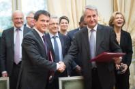 Le Premier ministre, Manuel Valls, et le président de l'ARF, Philippe Richert, signent a l'Hôtel de Matignon la plateforme d'engagements reciproques entre l Etat et les régions en faveur de l emploi, de la formation, de l apprentissage et du développement economique.